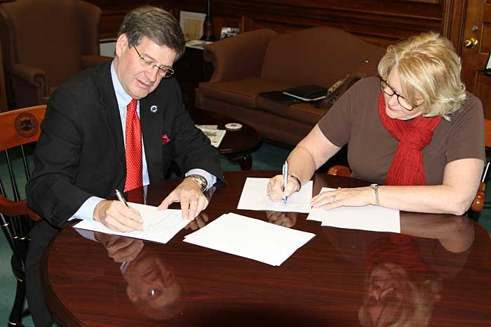 President Ruud signing the official HOBY documents